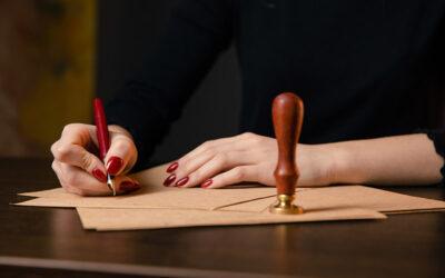 Czy zawsze akty notarialne muszą być podpisane w kancelarii? Kiedy notariusz może dokonać czynności w naszym domu albo biurze?